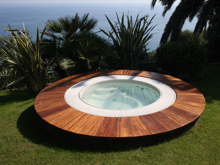 Bl 818 hot tub 7 seats by beauty luxury for Poolumrandung rund