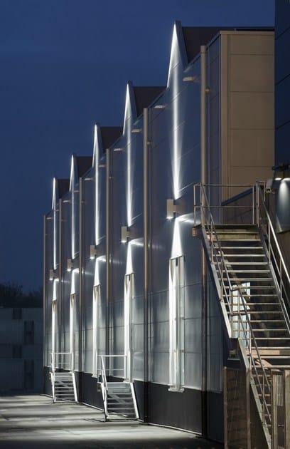 TETRA 140 | Applique per esterno panoramica dell'edificio illuminato con TETRA 140 Applique
