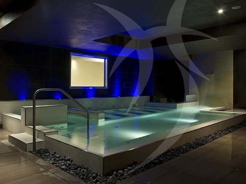 Vasche idromassaggio con struttura in opera Piscina con idromassaggio by Happy Sauna
