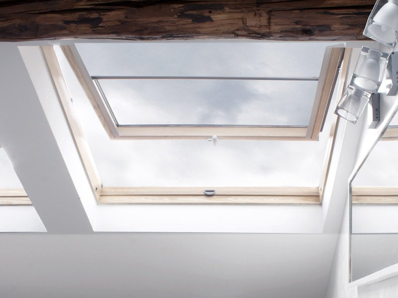 Manually operated pine roof window VELUX Standard bassoemissiva GHL 73 by Velux