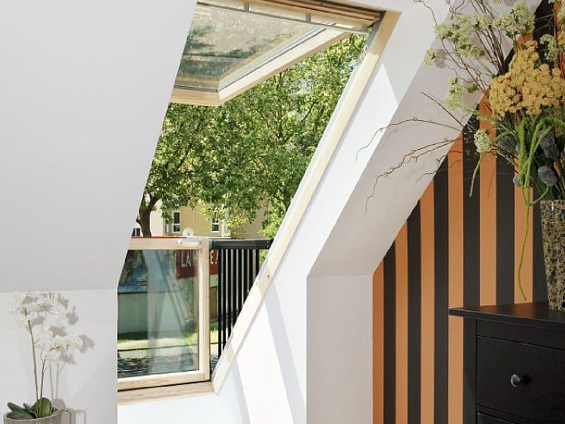 Finestra da tetto in legno con apertura manuale velux for Velux finestre balcone