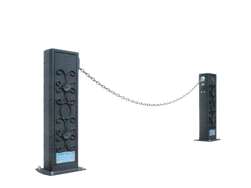 Bollard with base plate with chains ALAN by Lazzari