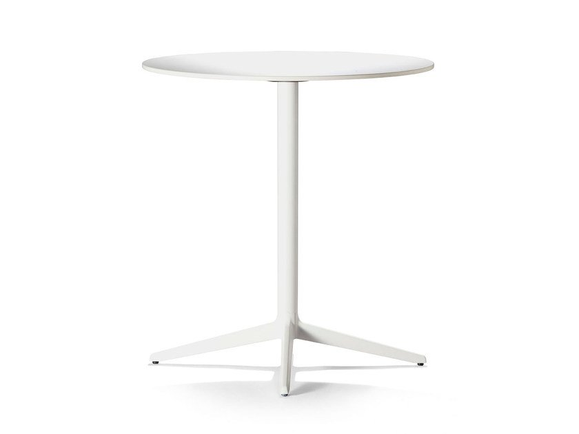 Cast iron table with 4-star base MISTER X | Round table by Plank