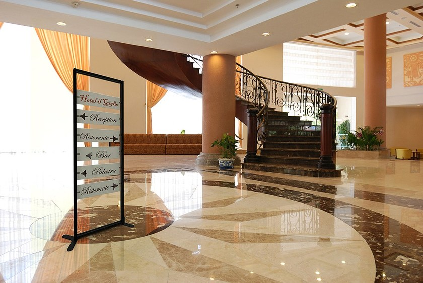 InUNO | Segnaletica Totem segnaletica per hotel e alberghi InUno