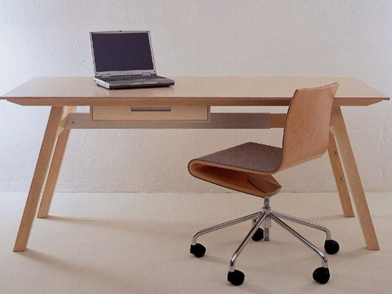 Tavolo scrivania in multistrato universal sanktjohanser for Scrivania design