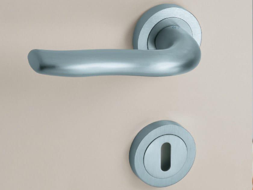 Door handle on rose with lock MINERVA | Door handle by KLEIS