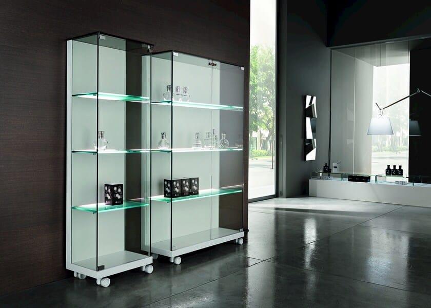 Vitrina de cristal con ruedas medora by tonelli design - Vitrinas de diseno ...