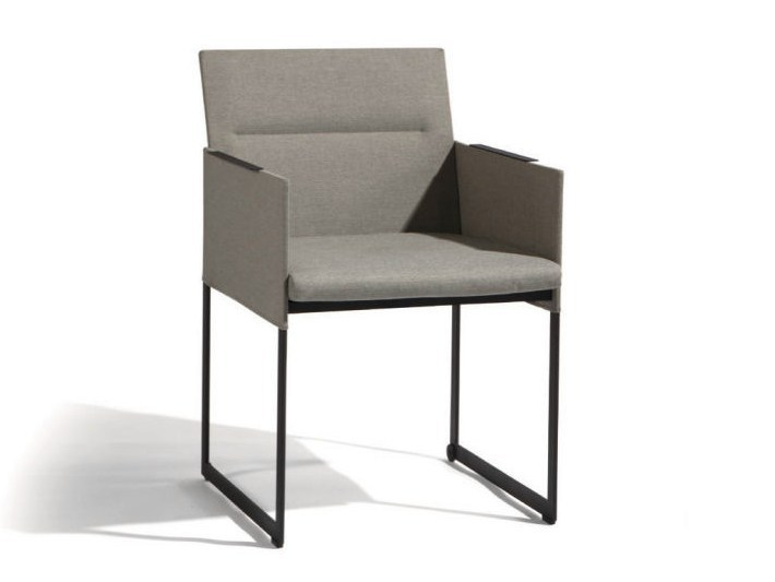 Sled base chair with armrests SQUAT | Chair with armrests by MANUTTI