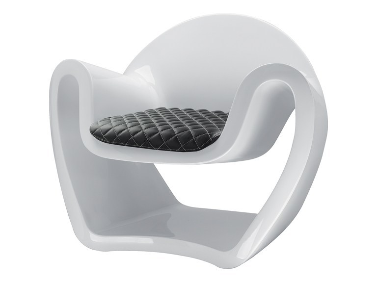 Polyethylene easy chair with armrests SCULTURA by SitLand