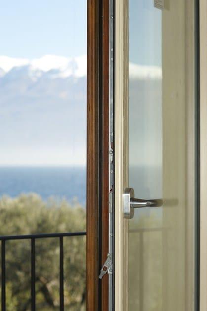Finestra a battente a taglio termico in alluminio e legno for Prezzi serramenti in pvc al mq