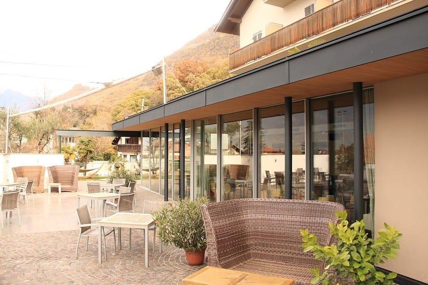 baie vitr e en aluminium orama minimal frames by atelier italia. Black Bedroom Furniture Sets. Home Design Ideas