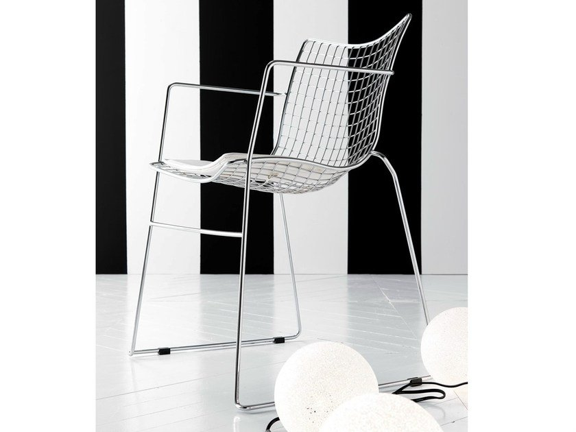 Sled base steel chair with armrests STITCH | Chair with armrests by Esedra