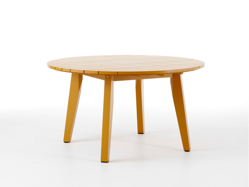 Round wooden garden table HJORTHAGEN | Round garden table by Nola Industrier