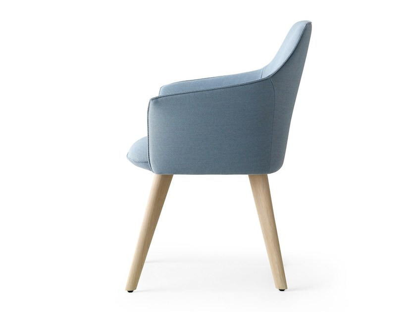 Sedia imbottita in tessuto con braccioli MARA | Sedia imbottita by LEOLUX