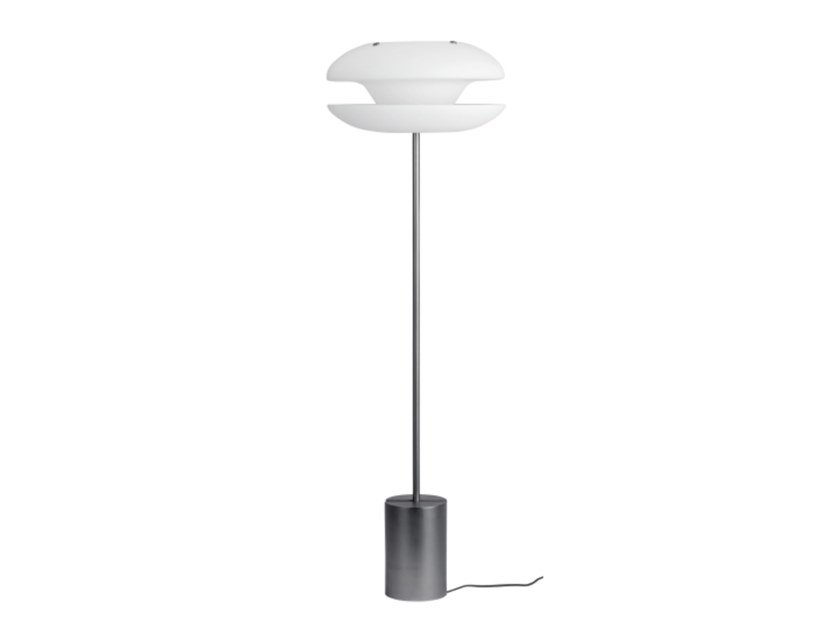 Lampada da terra in ferro e paralume in vetro opale YO-YO | Lampada da terra by NORR11