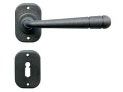 Maniglia in ferro battuto su rosetta con bocchettaBERNA 2110 - GALBUSERA GIANCARLO & GIORGIO