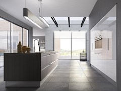 Cucina componibile laccata in legno con maniglie integrateCAMPIGLIO - SCIC