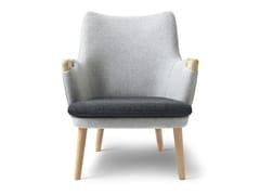 Poltroncina in legno massello con braccioli con cuscino integratoCH71 | Lounge Chair - CARL HANSEN & SØN MØBELFABRIK A/S