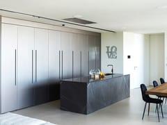 Cucina con isola e sistema a parete in pietra di CorintoD90 | Cucina con isola - TM ITALIA CUCINE