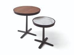Tavolino rotondo con piano in legno o marmo e base a 4 razzeKEW - MOLTENI & C.