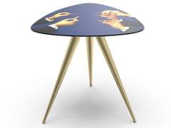 Tavolino triangolare con piano in MDF e gambe in metalloLIPSTICKS | Tavolino - SELETTI