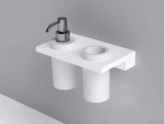 Mensola con bicchiere e dosatore in CorianUNICO | Mensola bagno in Corian® - REXA DESIGN