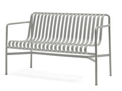 Panca da giardino in acciaio con braccioliPALISSADE | Panca da giardino con braccioli - HAY