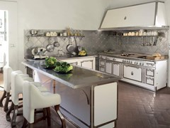 Cucina professionale in acciaio in stile moderno con isola con manigliePEARL WHITE & BRUSHED NICKEL - OFFICINE GULLO