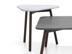 Tavolino triangolare in alluminio e pietra naturale PIPER | Tavolino triangolare - Piper