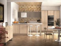 Cucina in frassino con maniglie integrateREWIND | Cucina con penisola - CREO KITCHENS BY LUBE