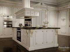 Cucina laccata su misura in legno massello con isola ROMANTICA - AVORIO E ORO - Cucine