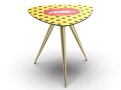 Tavolino triangolare con piano in MDF e gambe in metalloSHIT | Tavolino - SELETTI