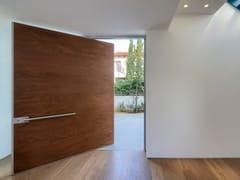 Porta d'ingresso a bilico blindata in legnoSYNUA | Porta d'ingresso in legno - OIKOS VENEZIA