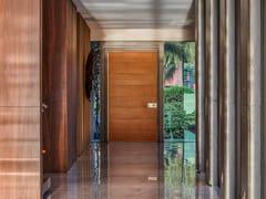 Porta blindata a bilico con rivestimento a settori in RovereSYNUA   Porta d'ingresso in legno - OIKOS VENEZIA