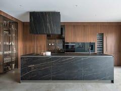 Cucina lineare con isola e vetrina intrapareteT45/D90 | Cucina lineare - TM ITALIA CUCINE