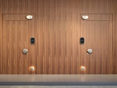 Porta a filo muro in legno con sistemi domoticiWELCOME - LUALDI PORTE