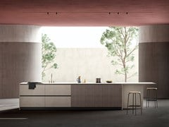 Cucina con isola in cemento e noce solcato tintoWIND - TONCELLI