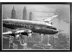 Stampa fotograficaAIRCRAFT FLYING OVER CITY - MONDIART INTERNATIONAL