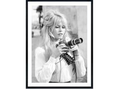 Stampa fotograficaBARDOT HOLDS CAMERA - MONDIART INTERNATIONAL