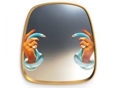 Specchio con cornice da pareteHANDS WITH SNAKES | Specchio - SELETTI