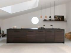 Cucina componibile in rovere scuro termotrattato con isolaPAMPA | Cucina con maniglie integrate - TONCELLI