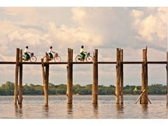 Stampa fotografica WOMEN CYCLISTS OF U BEIN BRIDGE - ARTPHOTOLIMITED