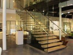Scala a giorno in legno e vetro con cosciali lateraliMISTRAL COMMERCIAL | Scala a giorno in legno e vetro - SILLER TREPPEN