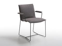 Sedia a slitta imbottita con braccioli PIURO | Sedia con braccioli - Piuro