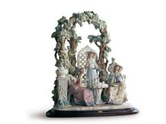 Soprammobile in porcellanaTEA IN THE GARDEN WOMEN - LLADRÓ
