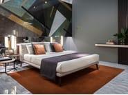 Cama doble de tela con cabecera tapizada COSILY | Cama by Sicis