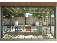 Silla apilable de aluminio de jardín con brazos RIA by FAST