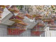 SCS Sistema di ripresa Sistema di ripresa PERI SCS 190 abbinato alla cassaforma a travi per pareti VARIO GT 24, per la realizzazione di un muro di contenimento a doppia inclinazione