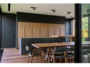 Walnut kitchen with columns and island with sliding table D90 | Walnut kitchen by TM Italia Cucine