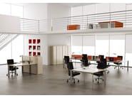 ONLINE SYSTEM ONILE3 Postazione di lavoro - Scrivania singola - Scrivanie condivise con barra - Pannello divisorio superiore in nobilitato o tessuto con profilo in alluminio